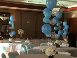 organic balloon center piece with flower wedding table decoration